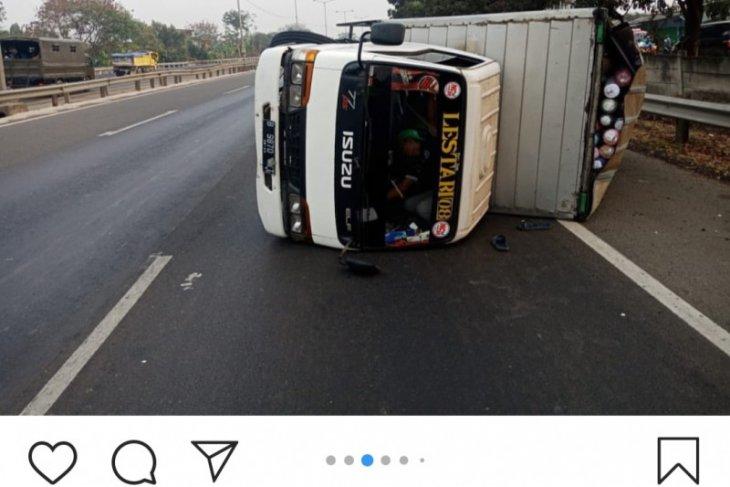 Selasa pagi, dua kendaraan roda empat terjadi kecelakaan