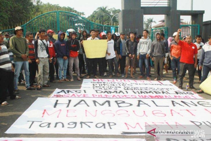 Warga Hambalang Bogor aksi protes pelaksanaan Pilkades