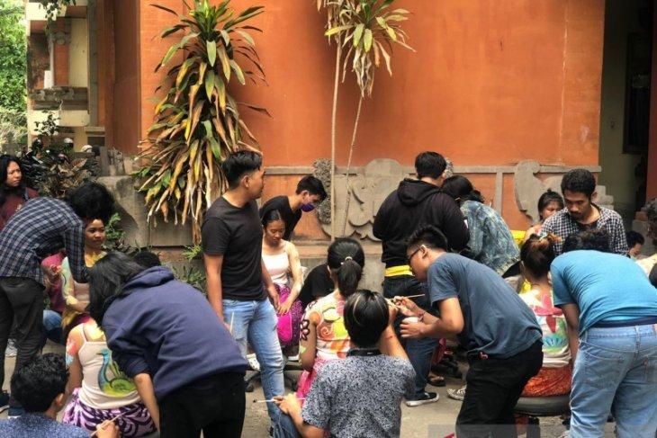 Praktik melukis tubuh diikuti puluhan mahasiswa ISI Denpasar