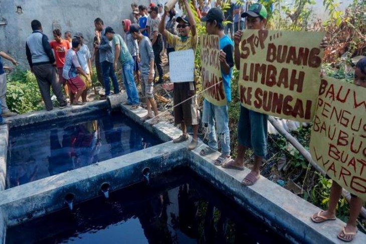 Unjuk rasa pencemaran limbah tekstil Foto Page 1