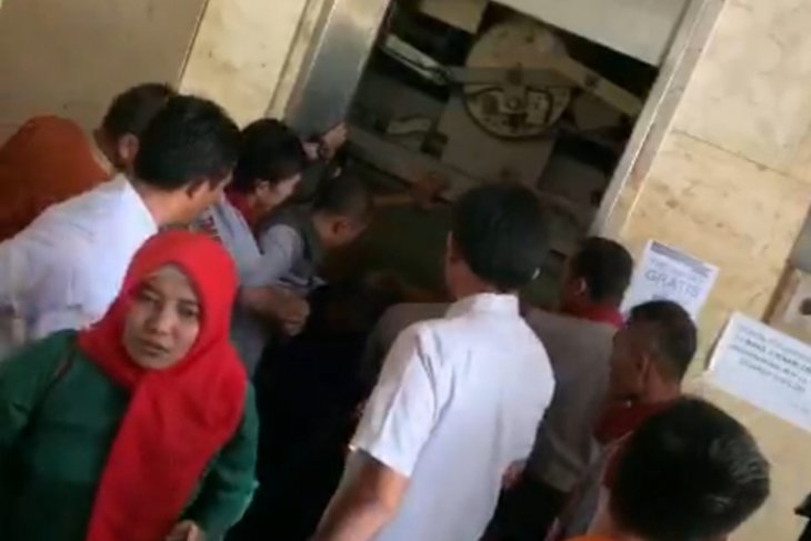 12 anggota PKK terjebak di Lift