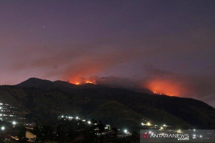 Pemadaman terus dilakukan, kebakaran hutan Merbabu masih sisakan titik api