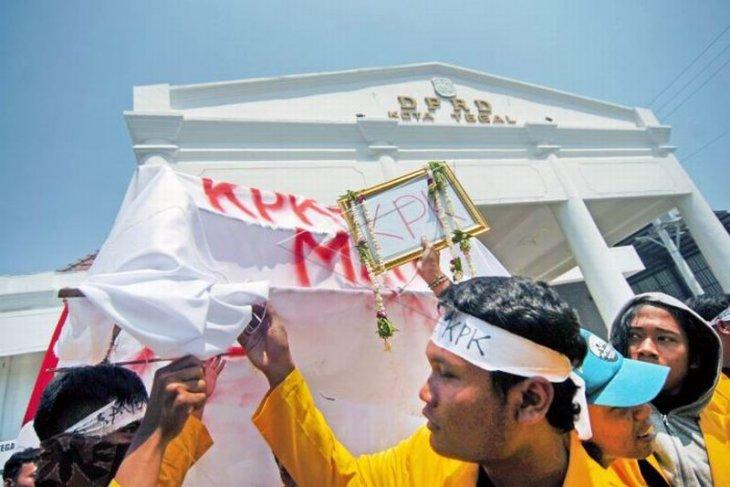 Unjuk rasa tolak revisi undang-undang KPK Foto Page 1