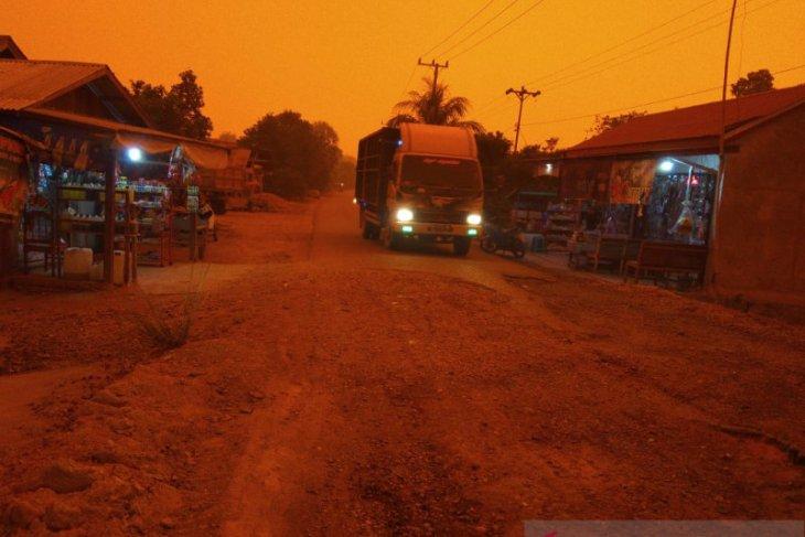 Kabut asap  akibatkan siang di Desa Puding Muarojambi seperti waktu maghrib
