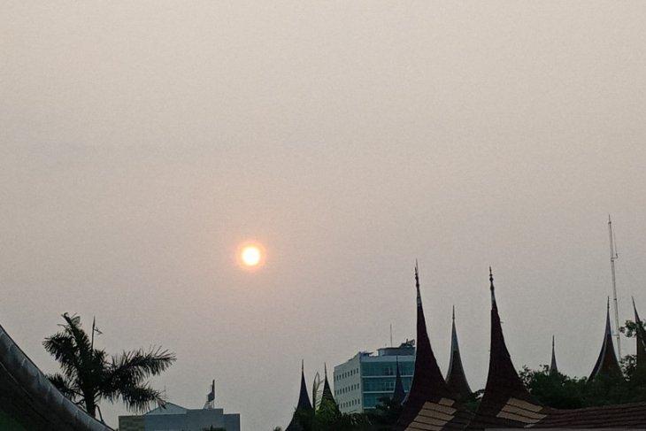 Akibat kabut asap, Jarak pandang di Sumbar hanya tiga kilometer