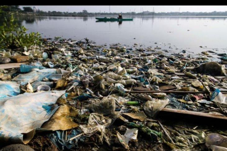 Menangkap ikan di waduk tercemar sampah