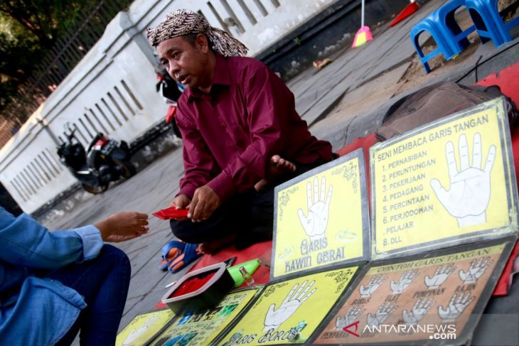 From palmist to living statues: transgressing sightseeing at Kota Tua