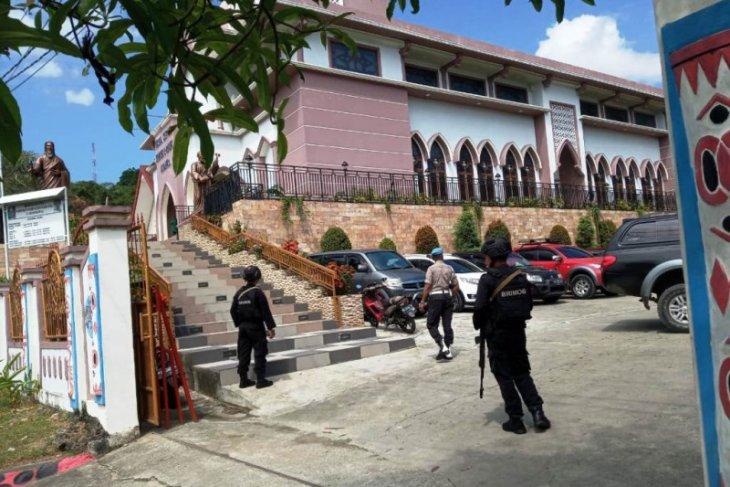 Polisi dan Brimob patroli dan lakukan pengamanan rumah ibadah di Jayapura