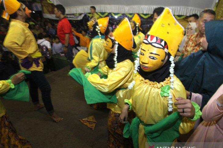 Tradisi Manopeng Warga Banyiur Luar