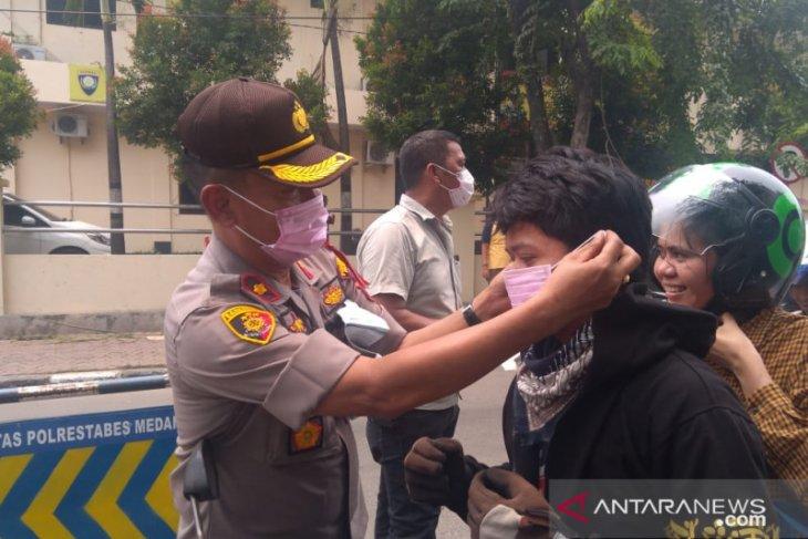 Polisi di Medan bagi-bagi masker  ke pengguna jalan
