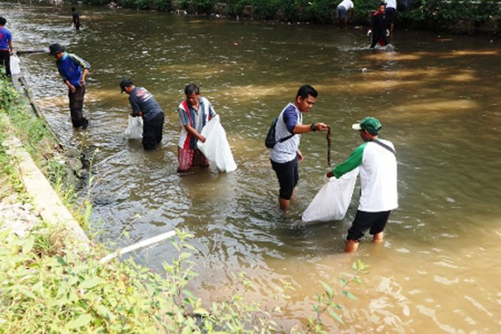 World Cleanup Day, warga Panaragan dan Paledang bebersih Sungai Cipakancilan