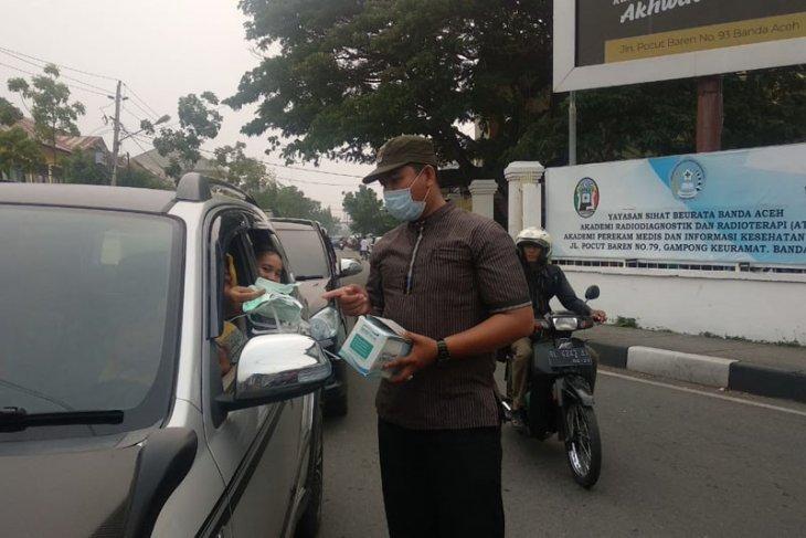 Asap selimuti Banda Aceh, PKS bagi-bagi masker