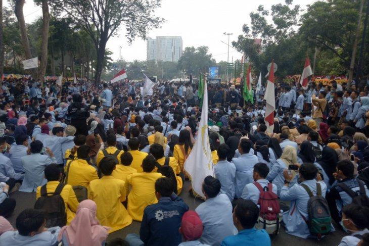Tolak pelemahan KPK, ribuan mahasiswa blokir jalan di depan DPRD Sumsel