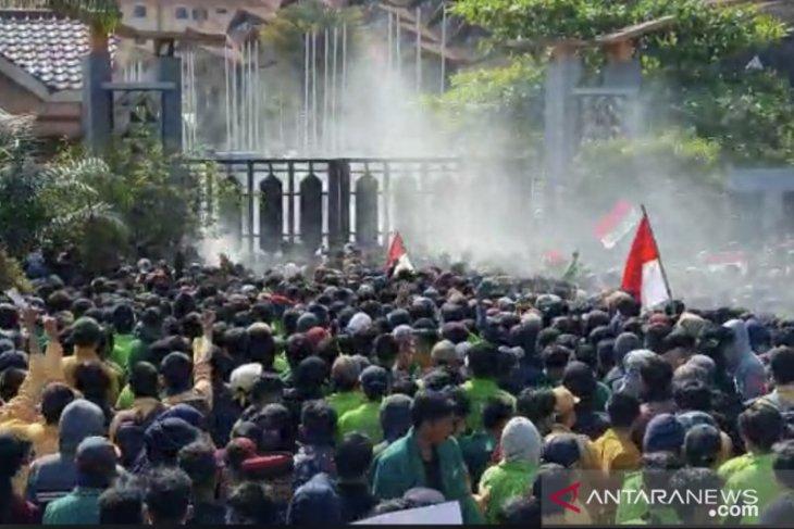 Aksi mahasiswa di DPRD Kaltim kembali ricuh
