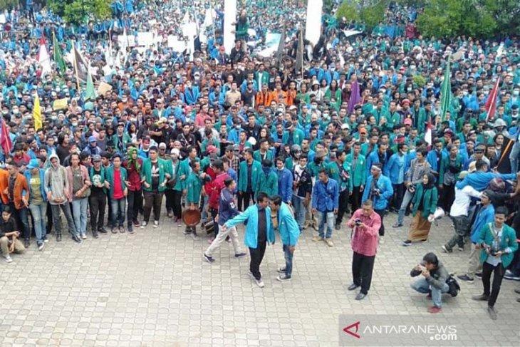 Ribuan mahasiswa mulai masuk halaman DPR Aceh