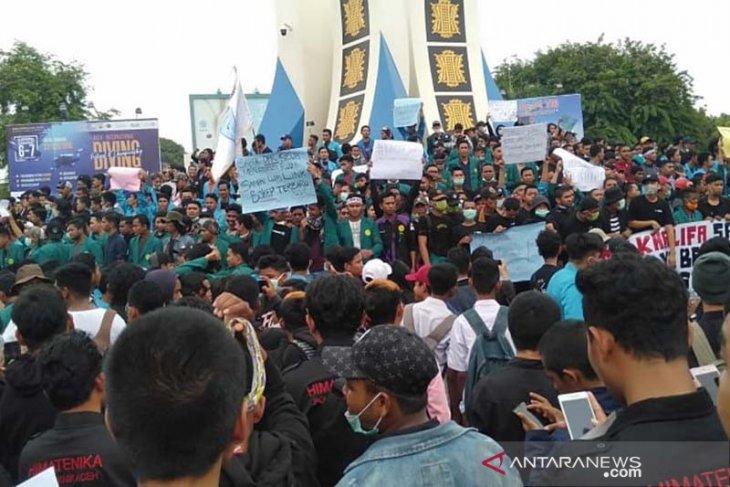 Simpang Lima macet, seribuan mahasiswa turun ke jalan
