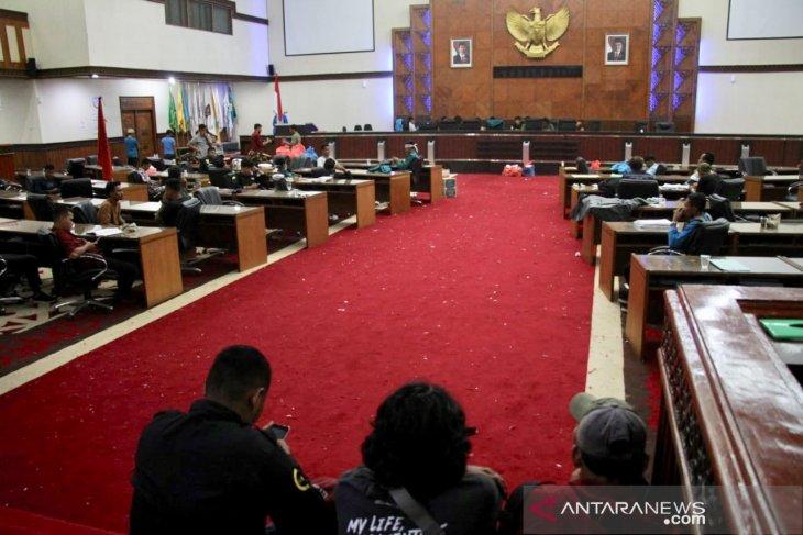 Puluhan mahasiswa pendemo bermalam di ruang paripurna DPRA