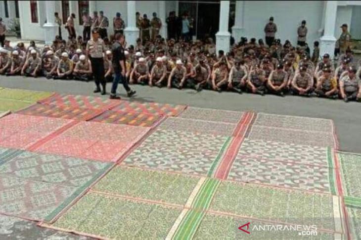 Unik, polisi sediakan alas tikar untuk mahasiswa demo tolak RUU di Takengon