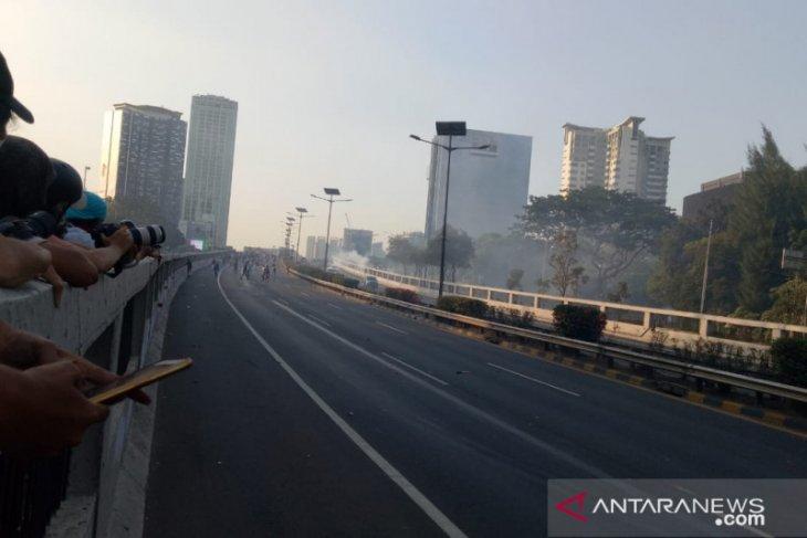 Pedemo masuk jalan tol dalam kota, petugas tembakkan gas air mata