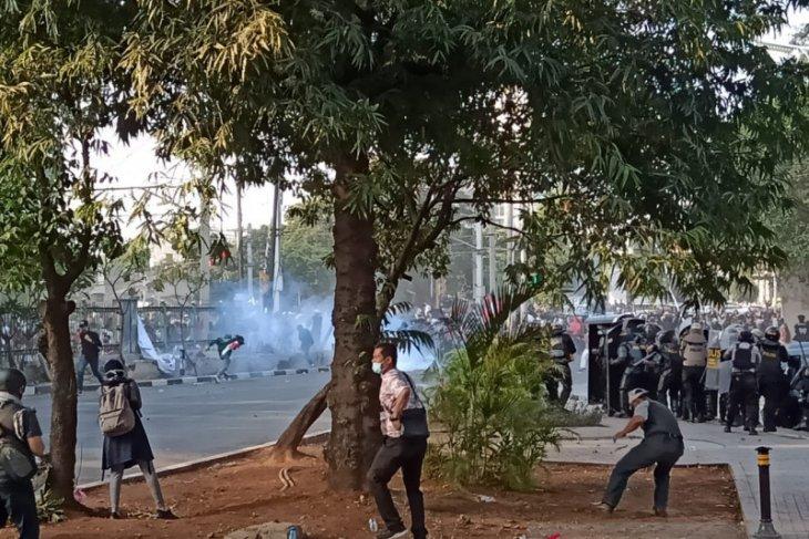 Kericuhan pecah di Jakarta, polisi tembakkan gas air mata