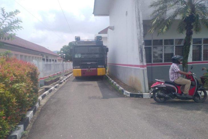 Polisi siagakan kendaraan water canon dan Damkar di DPRD Labuhanbatu