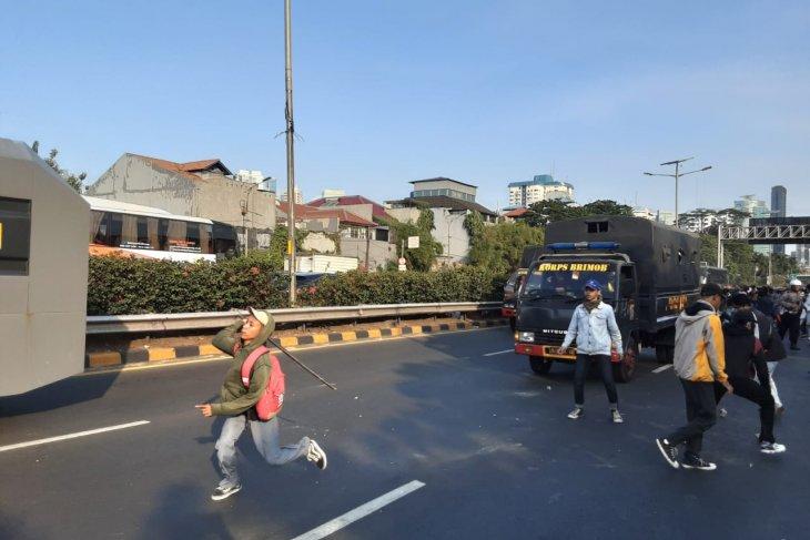 Puluhan orang diamankan polisi dalam bentrokan di Simpang  Semanggi