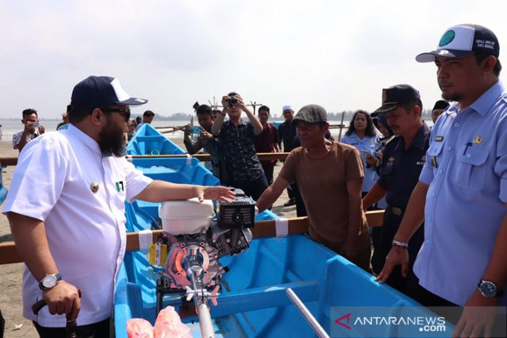 Pemkot distribusikan bantuan 8 unit kapal nelayan