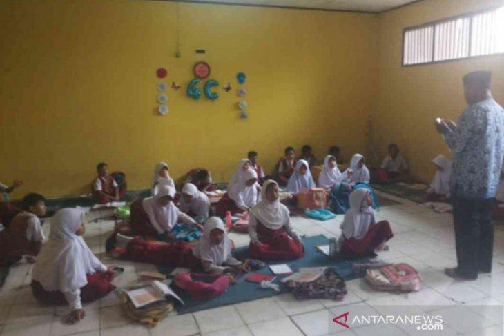 Ratusan sekolah di Bekasi belajar di lantai