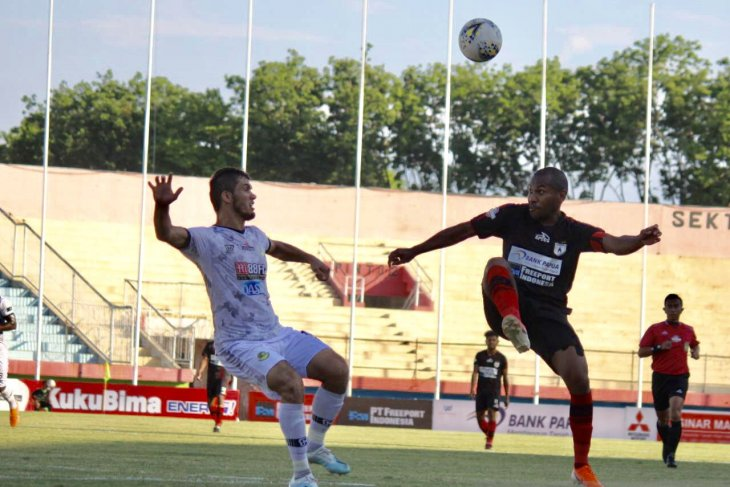 Di Gelora Delta di Sidoarjo, Persipura kandaskan Tira Persikabo dengan skor 3-0