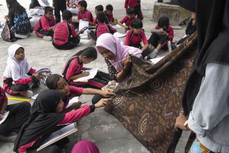 Siswa belajar melukis motif batik