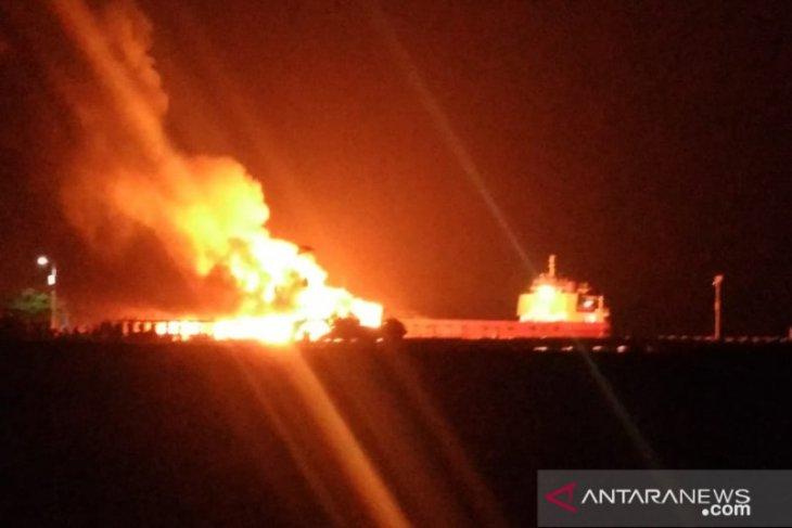 Kapal barang tujuan pulau Seram terbakar di pelabuhan Tulehu