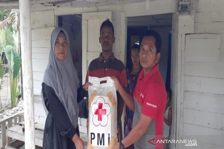 PMI Madina bantu korban kebakaran Pidoli Dolok