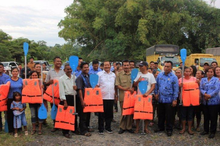 Nelayan Samosir dapat bantuan peralatan tangkap