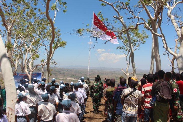 Satgas Pamtas RI-Timor Leste bersama masyarakat kibarkan bendera merah putih raksasa