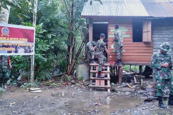 HUT TNI, prajurit rehab rumah warga perbatasan Kapuas Hulu