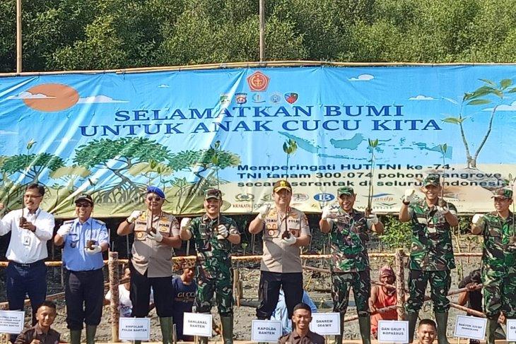 HUT TNI, sejumlah 4500 batang pohon mangrove ditanam di pesisir Banten