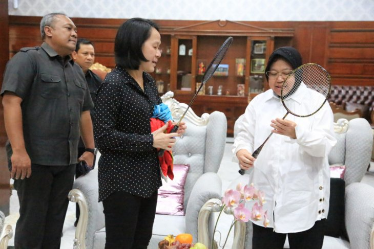 Minarti dan Alan Budikusuma sumbangkan raket untuk Museum Olahraga Surabaya