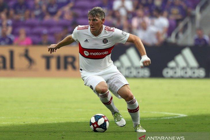 Bastian Schweinsteiger gantung sepatu