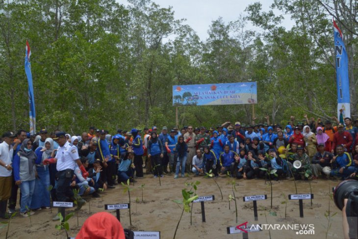 TNI dan Polri tanam mangrove di Teritip Balikpapan