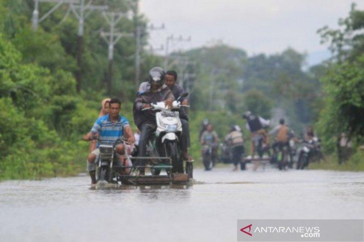Banjir ganggu akses transportasi warga di Aceh  Barat