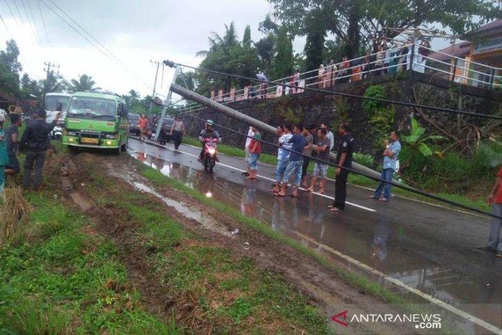 Hujan lebat guyur Abdya, tiga tiang listrik tumbang