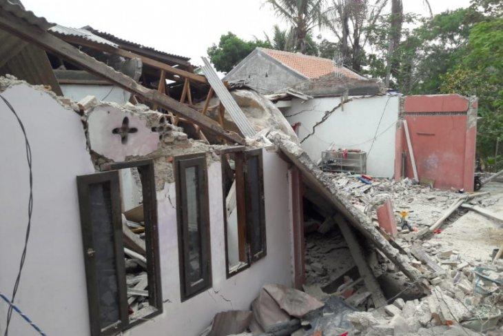 Rumah dan sekolah ambruk tertimpa batu besar