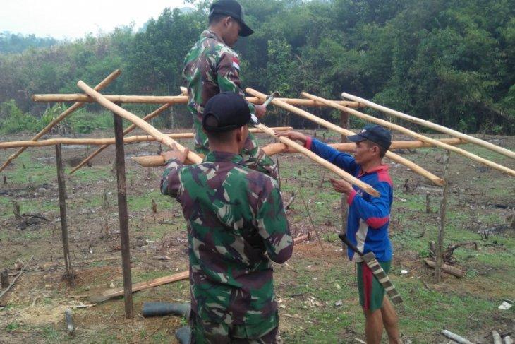 Satgas Pamtas bantu warga perbatasan Entikong dirikan pondok di ladang