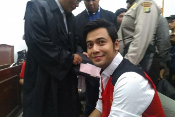 Kris Hatta disidang dan didakwa melakukan penganiayaan