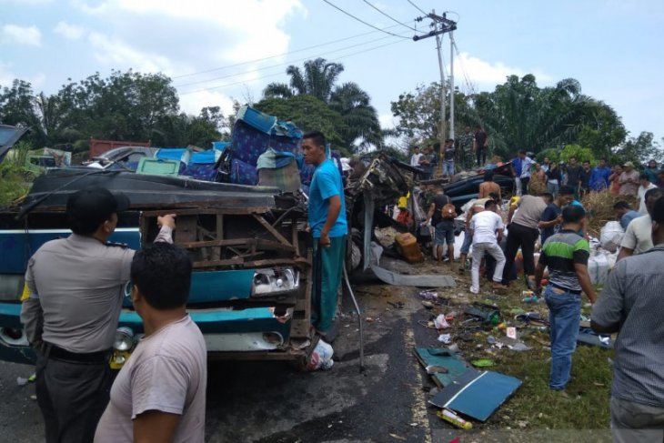 Enam penumpang tewas usai bus PO PMTOH alami kecelakaan tunggal