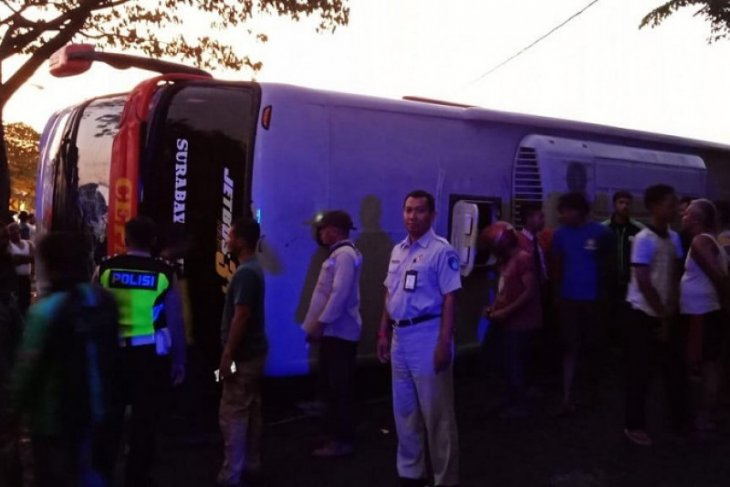 Bus PO Eka terguling, delapan orang luka-luka