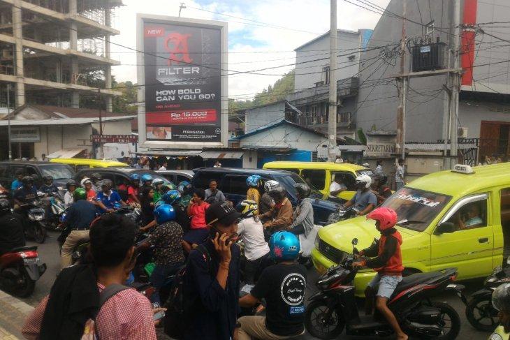 Gempa kuat kembali guncang Ambon warga  panik berhamburan ke luar rumah