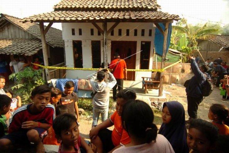 Rumah terduga pelaku penusukan Menko Polhukam Foto Page 1