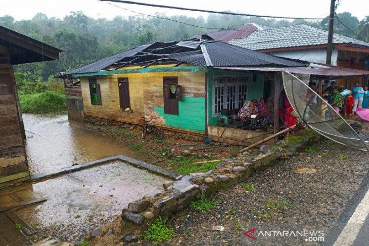 Puting beliung rusak enam rumah warga di Desa Bonca Baion