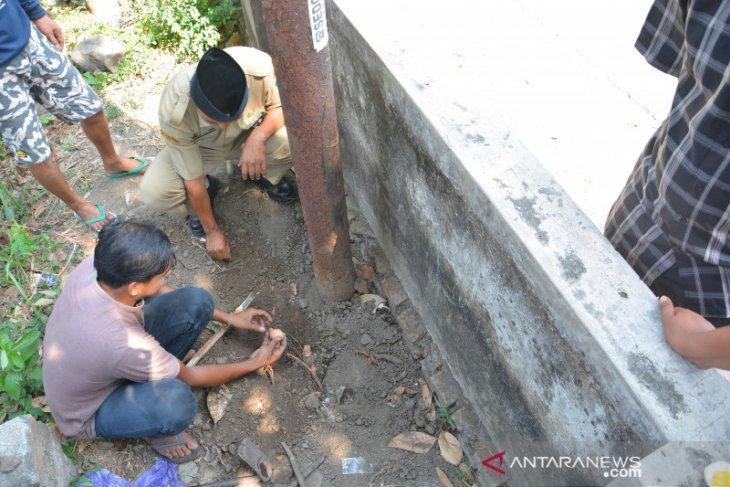Tanah di Jombang keluarkan uap panas dan bau menyengat, 20 menit telur bisa matang (video)